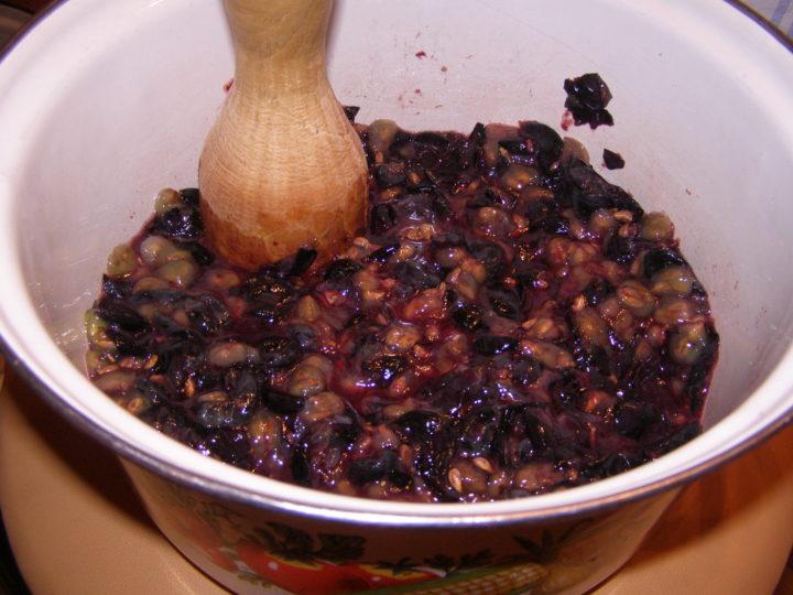 Размять виноград в широкой емкости