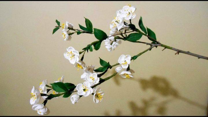 Цветущая ветка с цветами из гофрированной бумаги