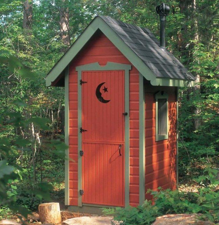 Туалет лучше несколько отнести от дома