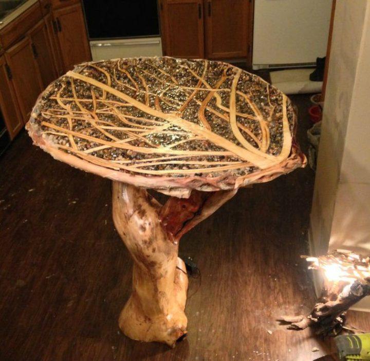 Столик из веток дерева