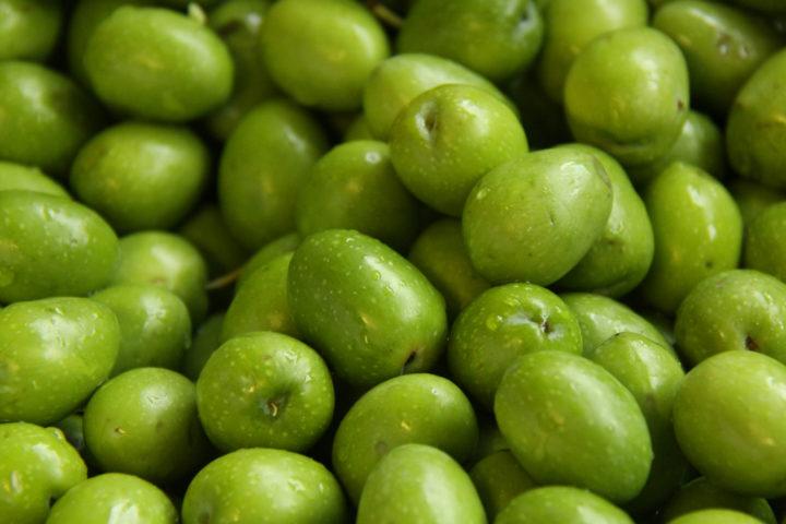Для консервации чаще используются зеленые оливки, которым придают черный цвет
